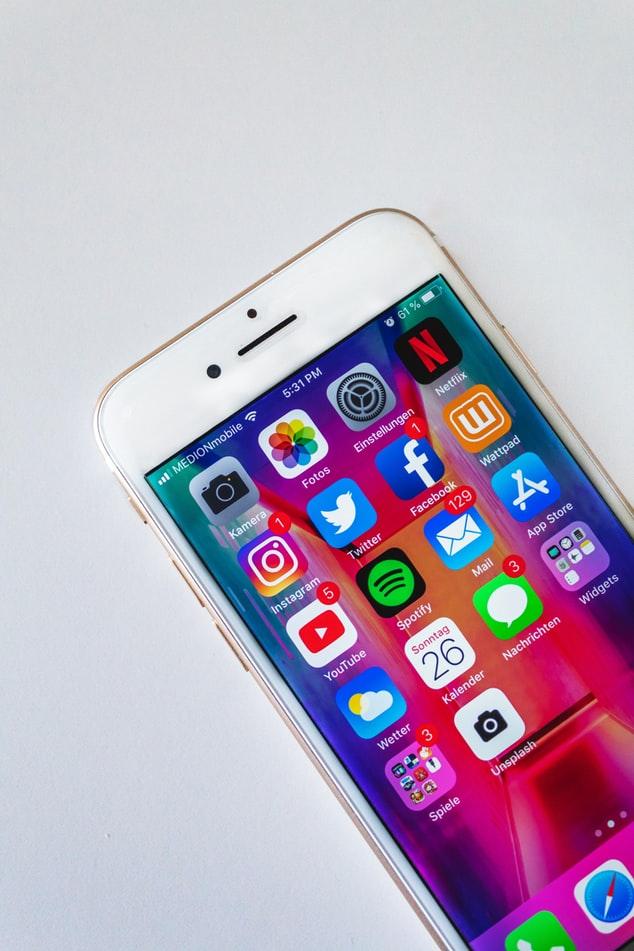 Jak chronić swój telefon? Lepiej będzie wybrać szkło hartowane a może folię ochronną?