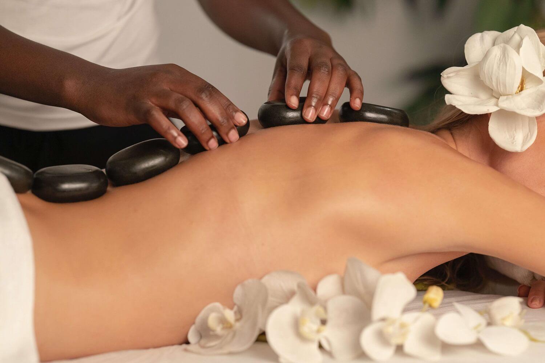 Co daje masaż gorącymi kamieniami